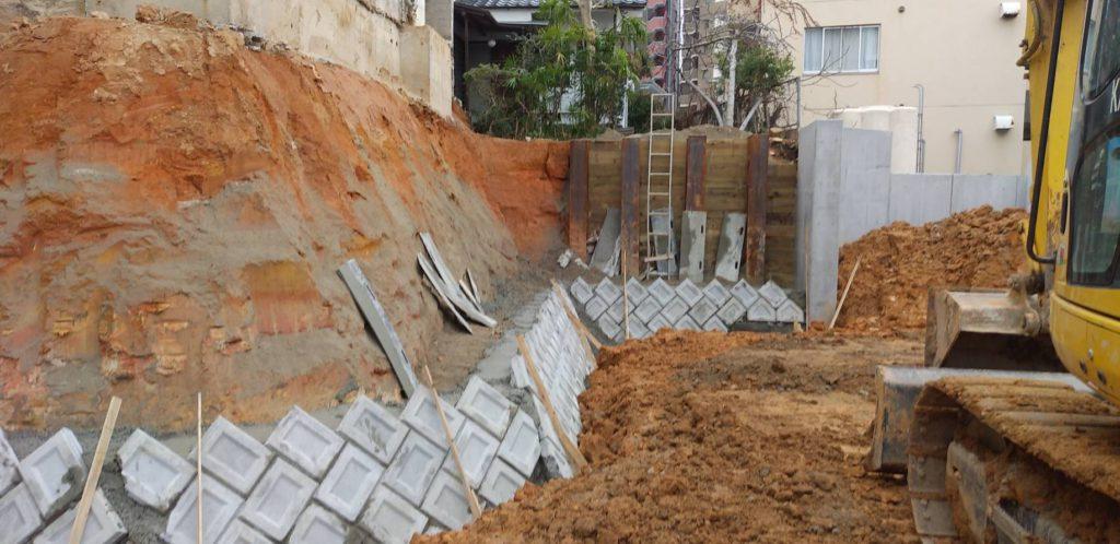 間知石練積造擁壁工事